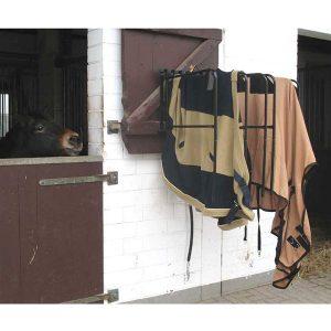 Wie du mit einer Pferdedeckenhalterung für Ordnung sorgst